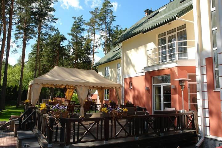 Современный стильный дом с террасой