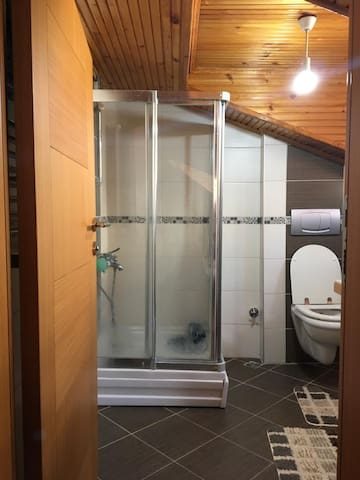 Single room with private bathroom at duplex.