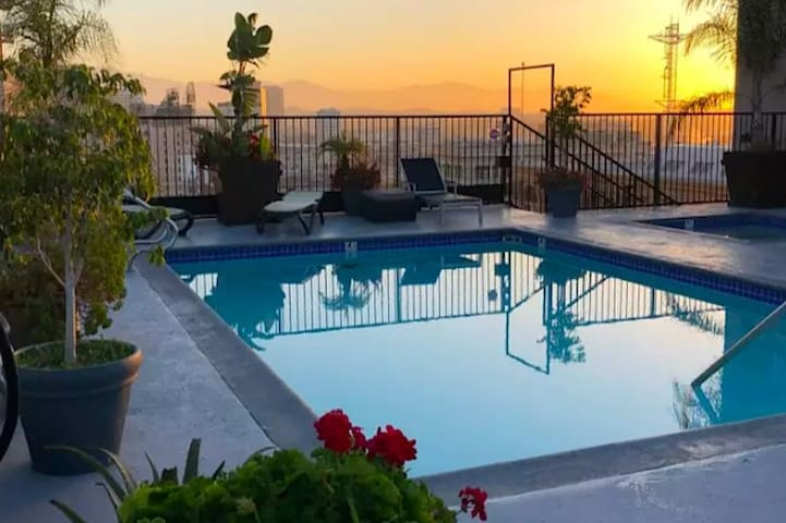 Executive Producer in LA 100mbs w/Jacuzzi/Pool/Gym
