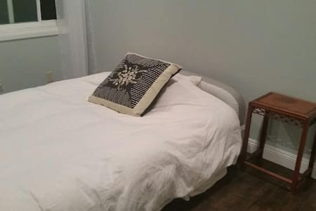 Comfy Airbed in Private Room - Thousand Oaks - House