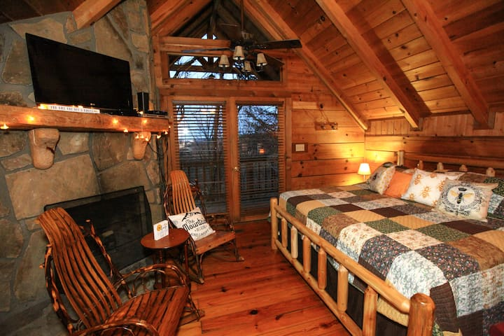 Honeybee Hideaway CUTEST log cabin on the mtn