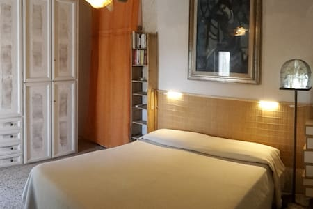 """The DreamRoom....la stanza degli ospiti. Armadio decorato con vecchie pagine di un libro paga del 1800. lampada enfatica 'l'animo fuggente"""". Artistici dettagli per gli ospiti  in un contesto poetico e confortevole."""