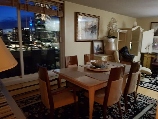 Overlooking Downtown with View Balcony & Wifi