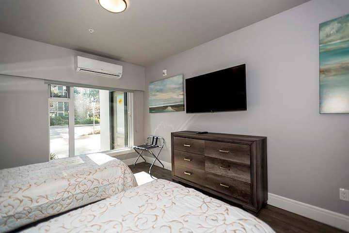 Modern 1BR Family Suite (3 Beds) - Parking and A/C