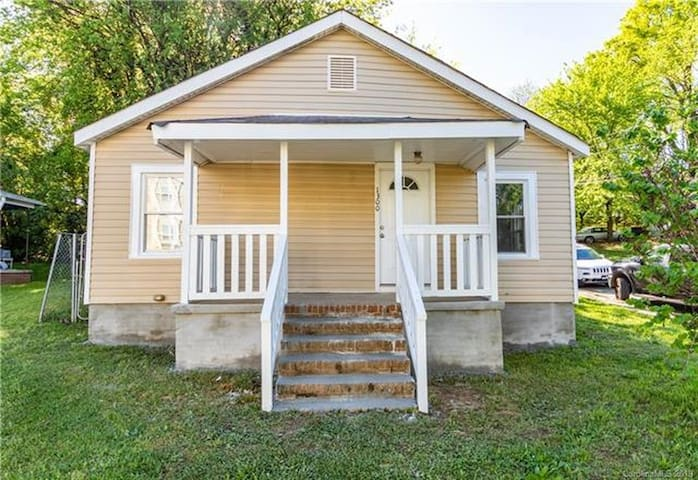 Uptown, 3 Rooms House accessible to everything.