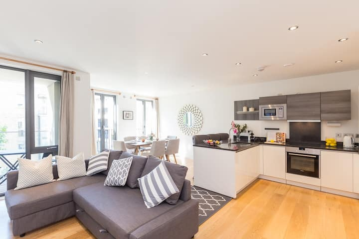 Modern 2 Bed, 2 Bath with Balcony in Notting Hill