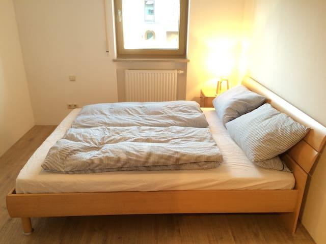 Schlafzimmer II mit Doppelbett, großem Kleiderschrank