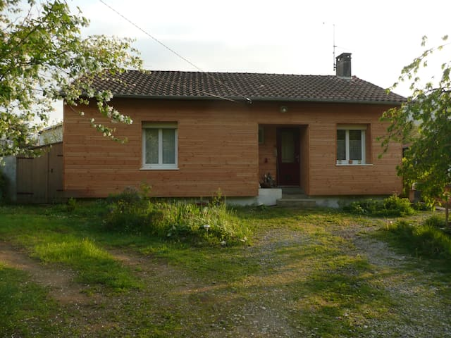 Chambre individuelle dans maison avec jardin