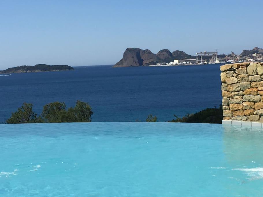 Le bleu de la mer en prolongement du bleu de la piscine