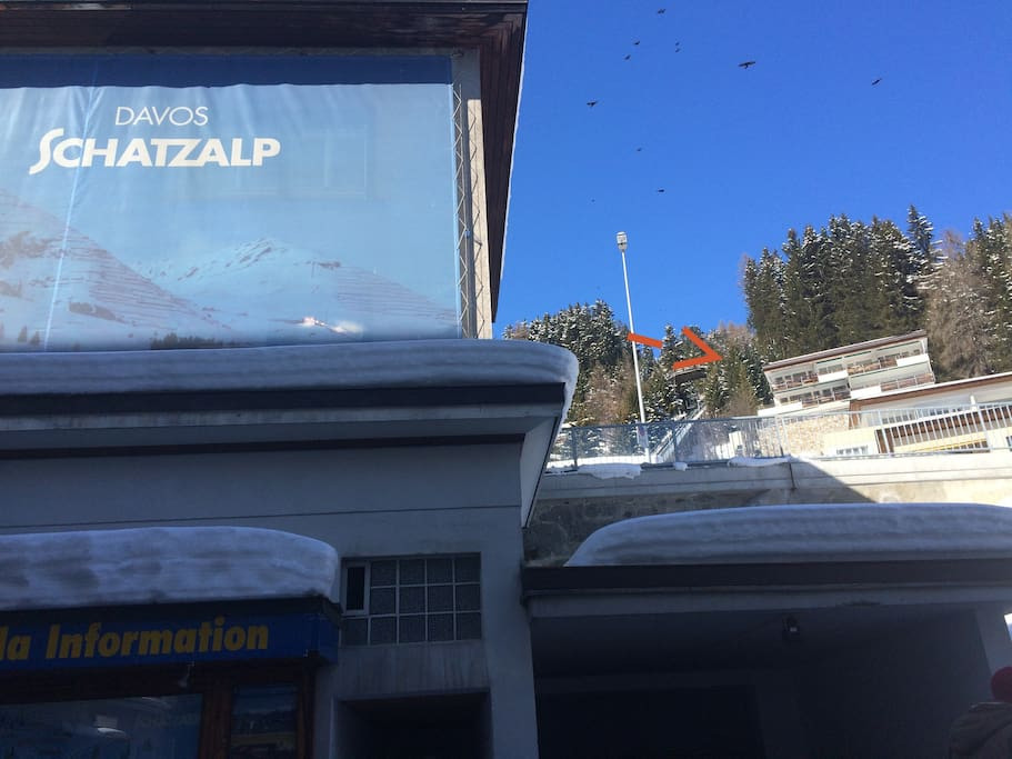 The apartment is located behind the entrance to the Schatzalp cable car in the centre of Davos.