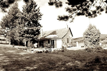 Quiet Artistic Burgundy home - Larochemillay - Дом