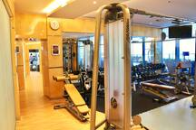 Fully equipped Gym in the tower, Fitnessstudio im Gebäude