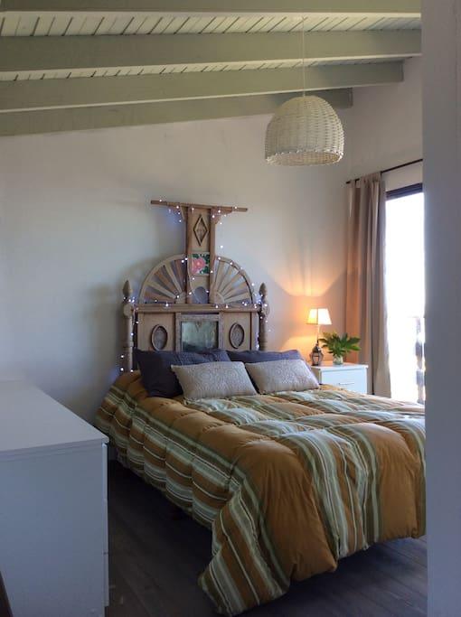 En el dormitorio hay una cómoda con seis cajones y un pequeño armario para colgar ropa.