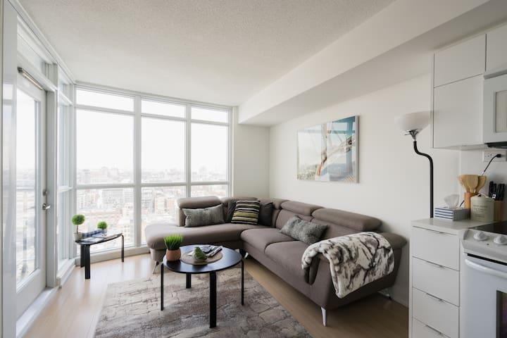 Modern Suite + Balcony City, Sunset & Lake View