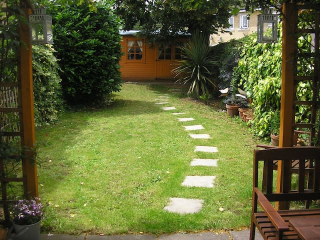 ROOM WITH A GARDEN IN RETRO HOME!! - London
