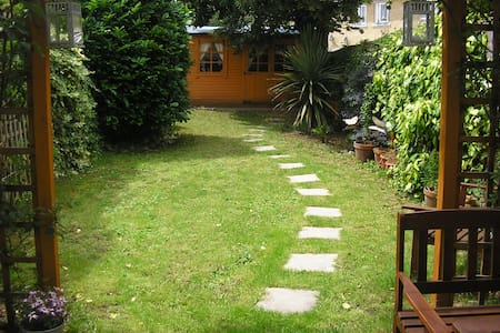 ROOM WITH A GARDEN IN RETRO HOME!! - London - Hus