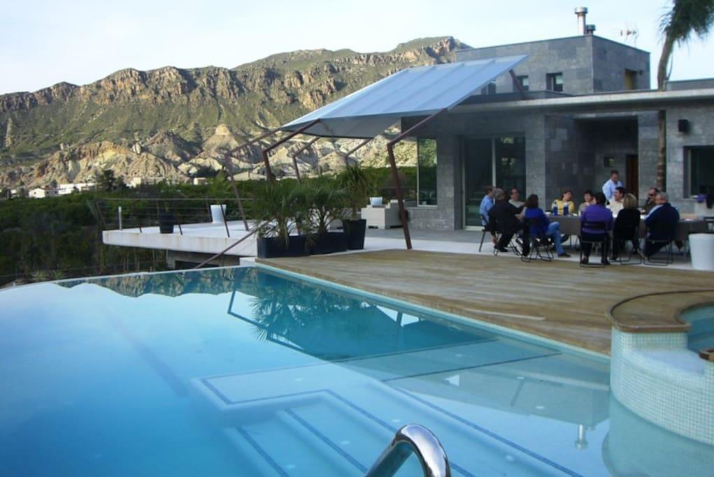 Casa y piscina desde solarium de nivel superior