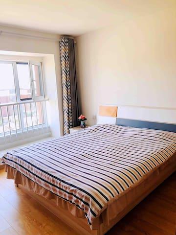 主卧,床的大小为1.8米✖2.0米。床垫很舒适。