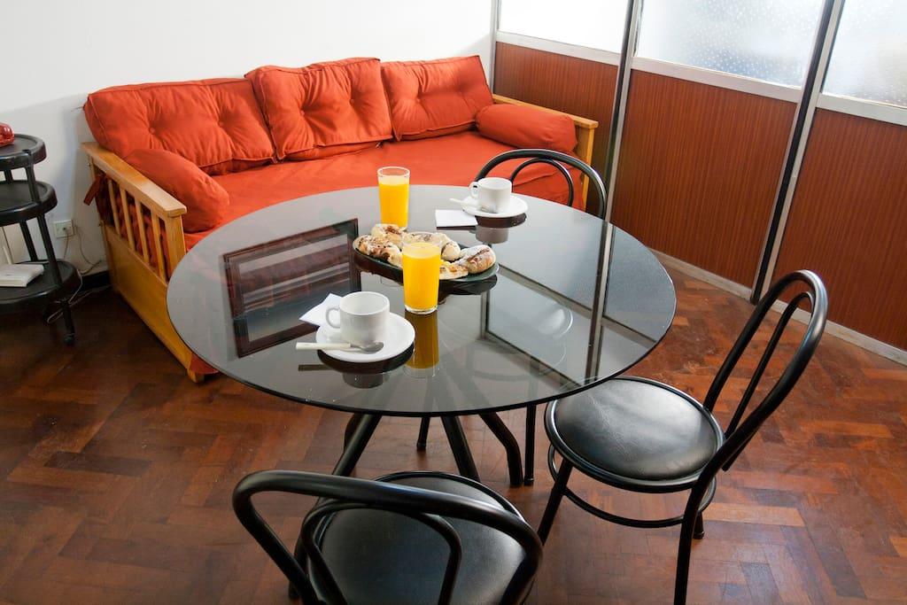 Living con mesa y tres sillas