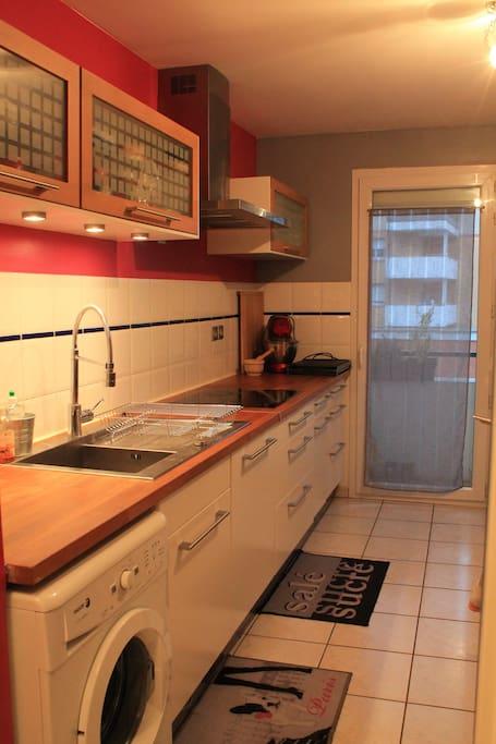 Cuisine fonctionnelle et équipée (four, plaque à induction, lave vaisselle, machine à laver...)
