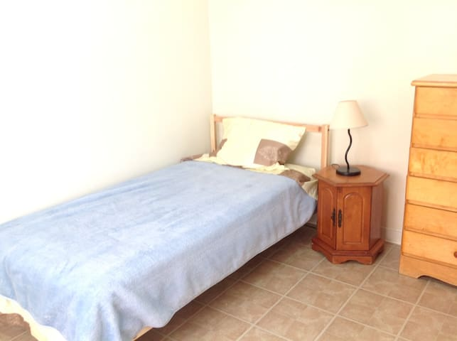 Room with a sink shared bath 318 - Longueuil - Slaapzaal
