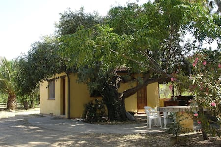 Carob Tree Cottage: cosy, joined to the beach - Cefalù - Cabane