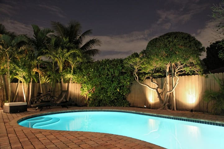 Red Room - Heart of Wilton Manors. Heated Pool.