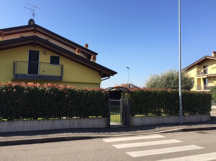 Villa con giardino e garage doppio ville in affitto a for Piani casa 3 camere da letto e garage doppio