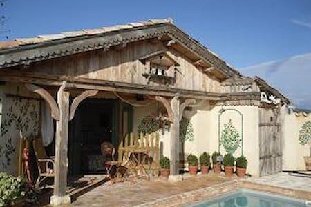 Dans Mas  Piscine Privée Clôturée Chauffée solaire - Les Mages - Дом