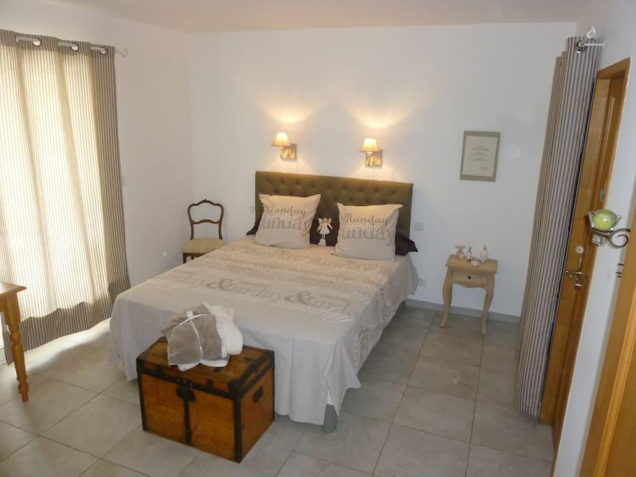 b b suite parentale au calme piscine 4km uzes chambres d 39 h tes louer saint maximin. Black Bedroom Furniture Sets. Home Design Ideas