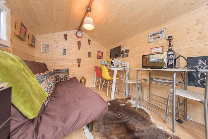 Wooden Hut Experience Close To City For 2 Guests!