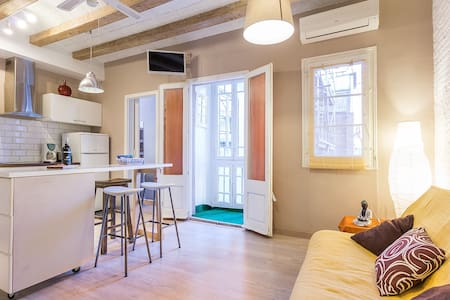 2 bd charming flat in trendy center