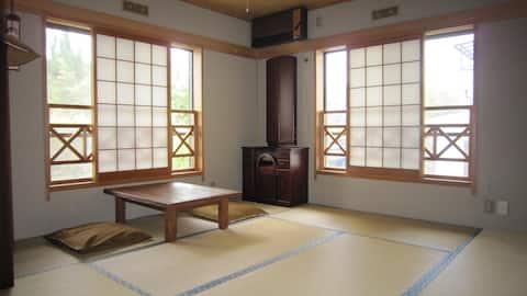 京都に電車で13分/大阪に15分。朝食付。最寄り駅JR高槻駅まで、毎日朝夕送迎等   B室、高槻市