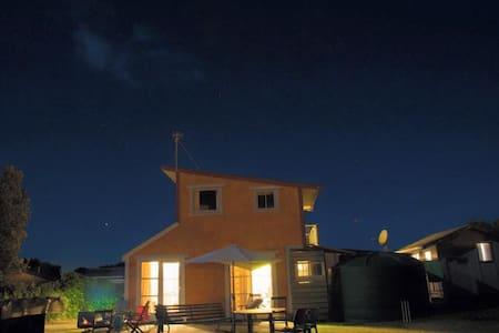 Cute Kiwi Bach - walk to beach - Waitarere Beach - 小木屋