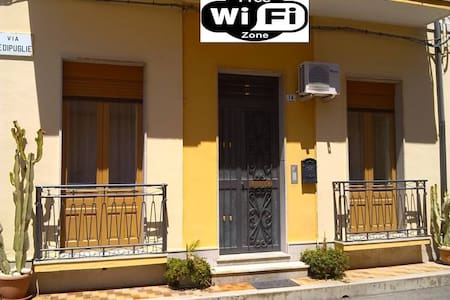 NICE HOUSE WIFI FREE, BIKES FREE. - Avola - Hus