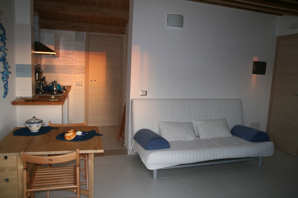 Cucina attrezzata con divano letto 1 piazza e mezza e bagno con doccia