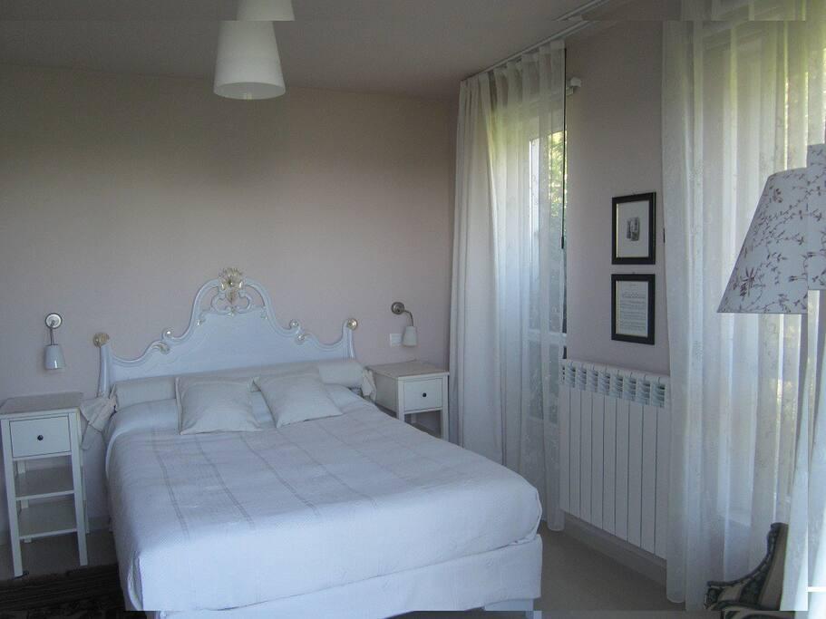 Habitación 19m2 con baño, la cama tiene 140x200cm