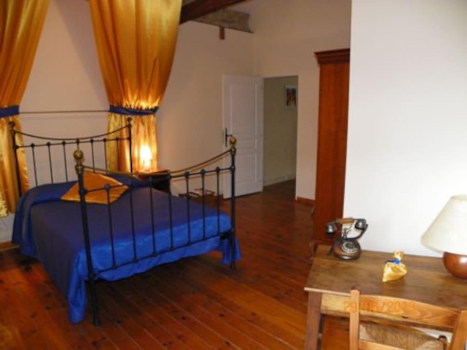 Grande chambre avec son drapé au dessus de votre tête