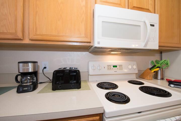 [AIRBNB PHOTO] Kitchen with electric  stove & oven, refrigerator,  microwave, dishwasher, toaster, blender - Cozinha com fogão e forno elétricos, geladeira,  micro-ondas, máquina de lavar louças, torradeira, liquidificador, cafeteira e todos os utensílios