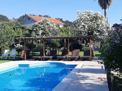 一樓的小房子,有遊泳池和花園