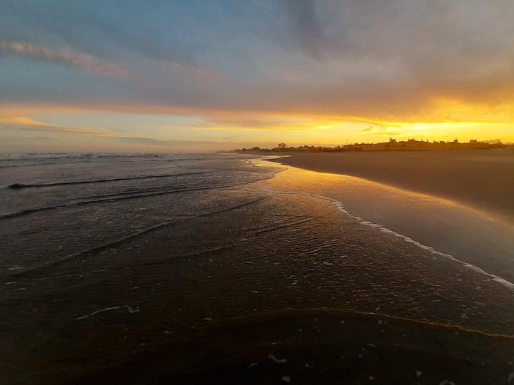 Casa beira mar, colorida e solar! com péna areia!