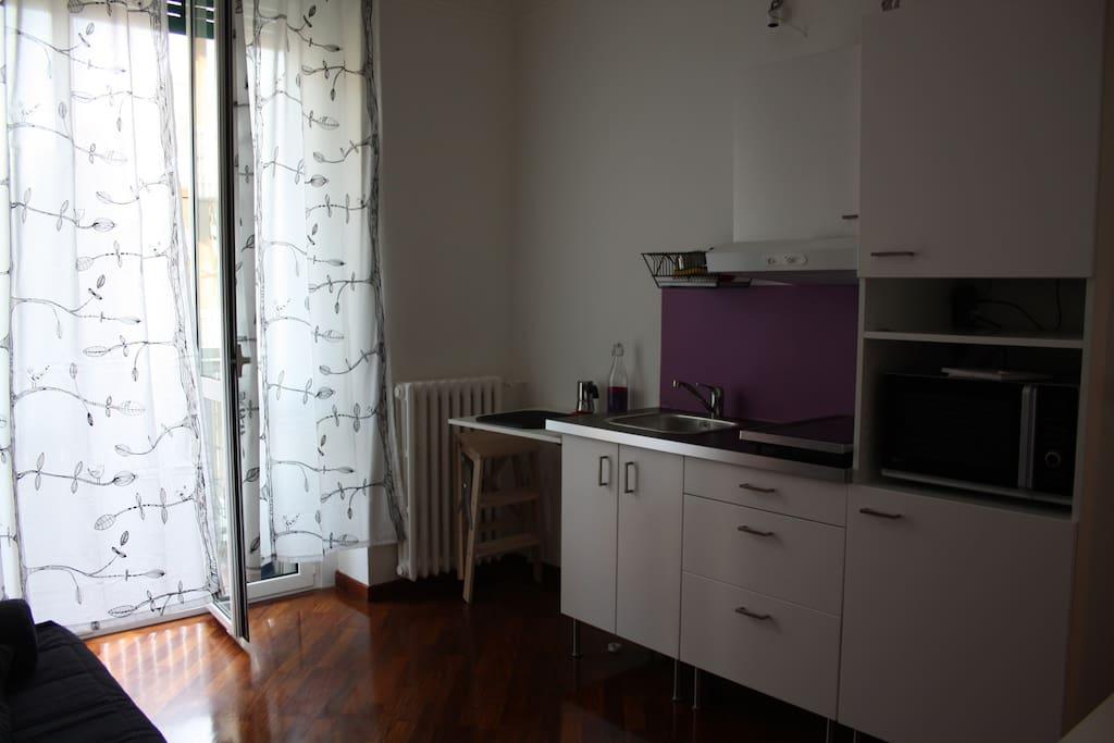 angolo cucina attrezzato con piastre, forno, lavandino