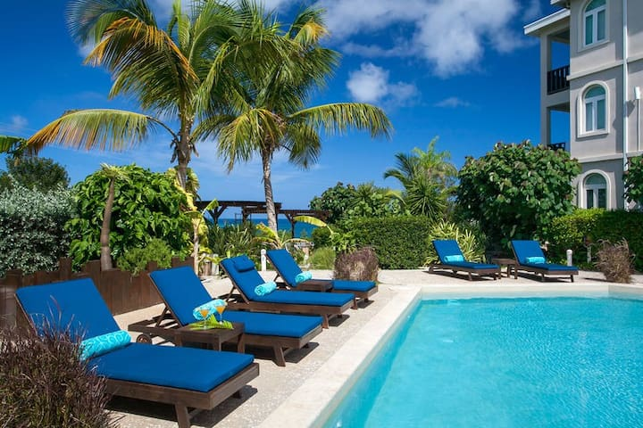 """Shoal Bay by """"Refined Retreats""""~Great for Families~King Suite & 2 Qn~Sleep 6"""