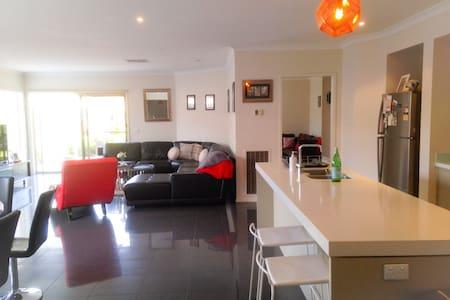 Modern spacious bayside living home - Edithvale