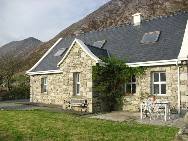 Cottage in Connemara, Fab Views! - Lutty