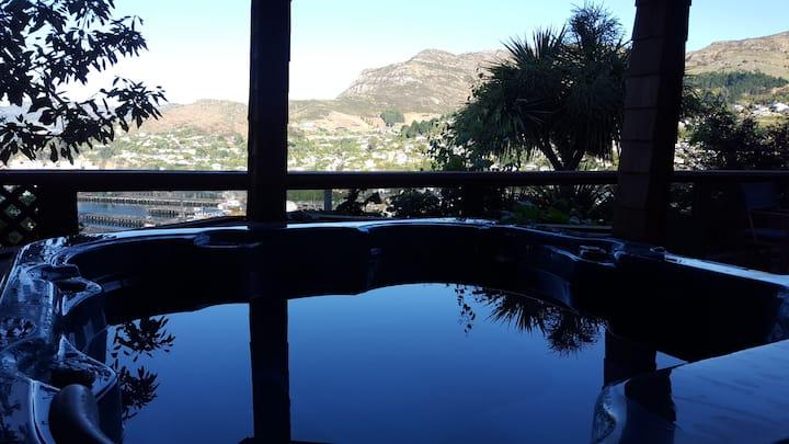Spa pool mit aussicht ueber Lyttelton Hafen