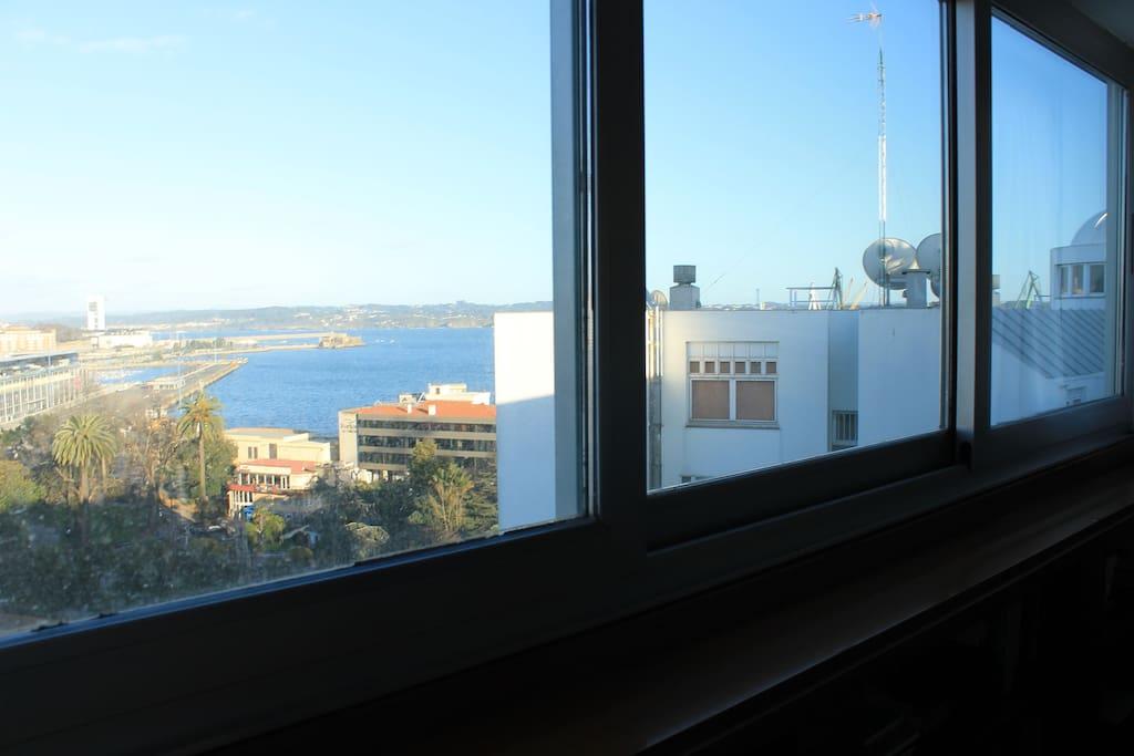 Las vistas a la dársena del puerto y al fondo castillo de San Antón. En primer plano, los jardines de Méndez Núñez