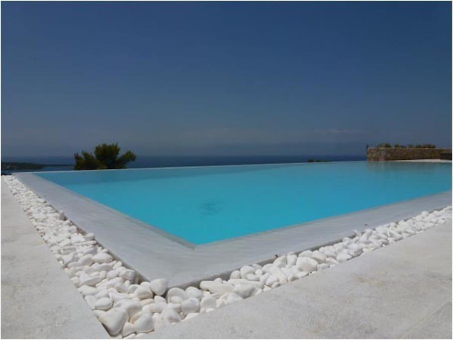 Svømmebasseng med utsyn over det Saroniske Hav