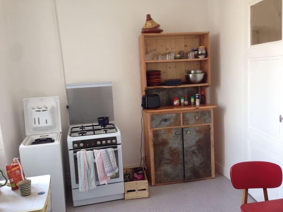 Une spacieuse cuisine avec tout le nécessaire.