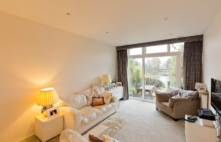 LOVELY ROOM BY THAMES IN TWICKENHAM